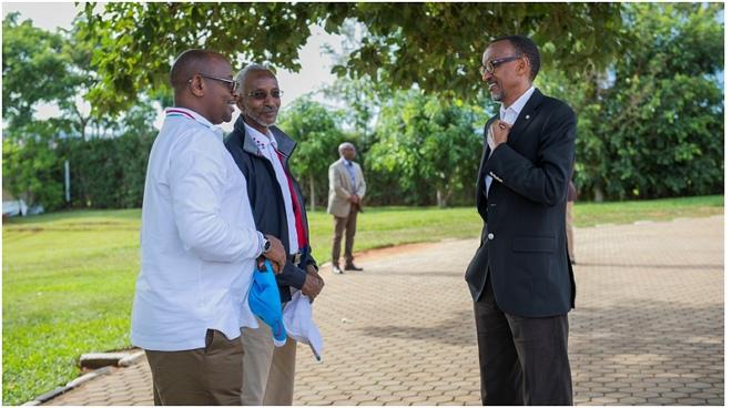 President Kagame, (R), speaks to RPF SG Francois Ngarambe (C) and Infrastructure Minister James Musoni