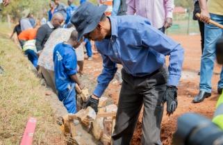 Kagame Joins EAC Ministers for Umuganda