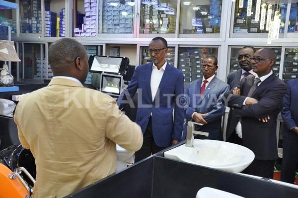 Perezida Kagame yasabye abakorera mu Gakiriro kuzirikana indangagaciro z'igihe mu byo bakora.