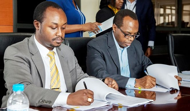 (L) Evode Imena, State Minister for Mining in Ministry of Natural Resources and Rwanda Development Board CEO Francis Gatare signing new mining deal.