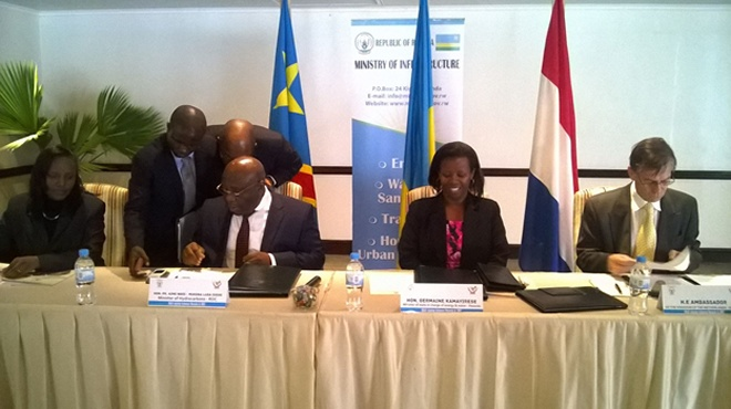 DRC Minister (in specs) for hydrocarbons and his Rwandan counterpart in charge of energy (2nd from right) sign the agreement