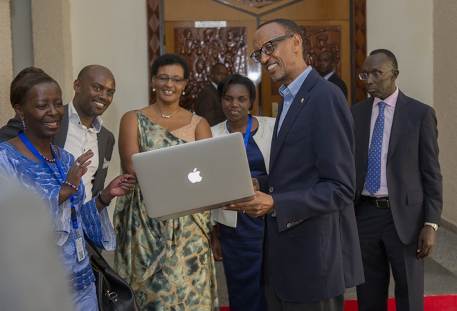 Even back-door chats produce great ideas. President Kagame discusses with his ministers and advisors