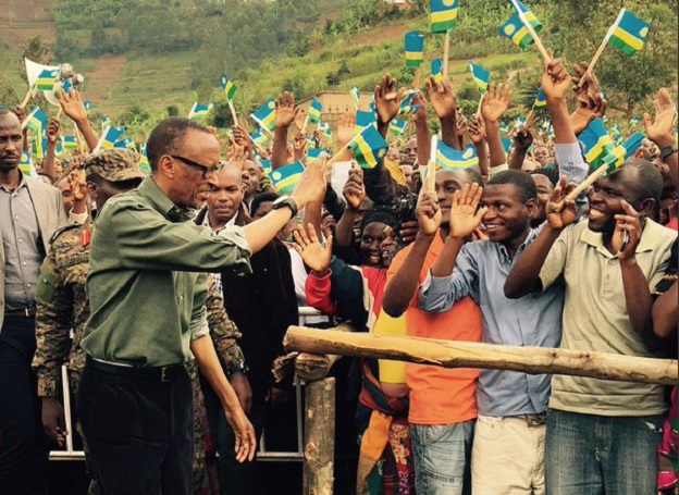 President Kagame greets Gakenke district residents