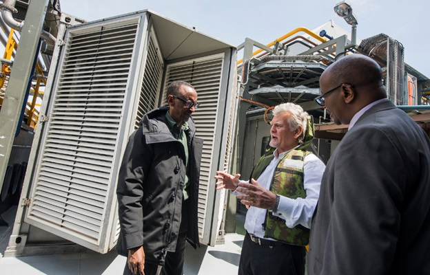 President Kagame(l) listens to a KivuWatt power plant official