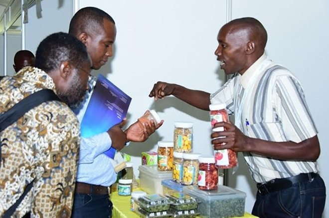 Exhibitor explains about his products