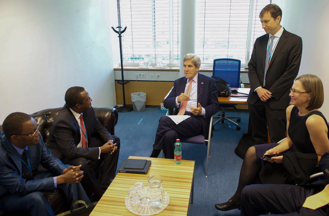 Natural resources minister Dr. Vincent Biruta (2ndL) chatting with US Secretary of state John Kerry (c)
