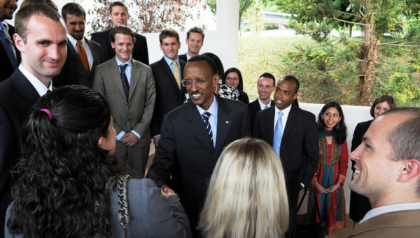 President Paul Kagame (c) interacts with visiting students