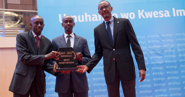 President Paul Kagame presents trophy to Gasabo district Mayor
