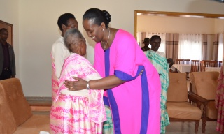Be Strong–First Lady Comforts Elderly Genocide Widows