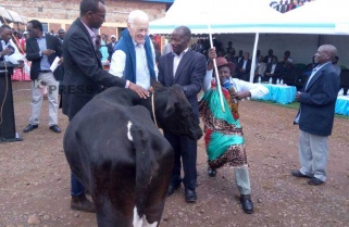 Sir Ian Wood Rewards Rwanda's Tea Farming Partners